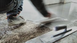 Self-leveling concrete